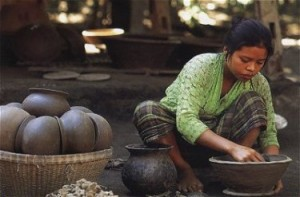Lombok Burnishing A Pot